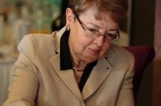 Maria Gintowt-Jankowicz wpisuję sie do księgi gości