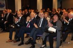 Goście i uczestnicy siedzący na Auli w pierwszym rzędzie siedzą min. Jerzy Buzek , Kazimierz Marcinkiewicz i Claudia Torres-Bartyzel