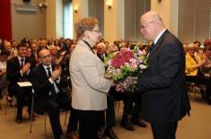 Dyrektor jan Pastwa wręcza kwiaty Marii Gintow-Jankicz