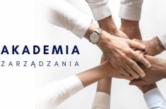 połączone 8 dłoni, napis: akademia zarządzania