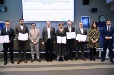 grupowe zdjęcie finalistów konkursu oraz przedstawicieli partnerów Forum
