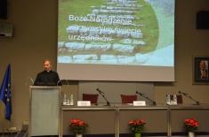 ks. prof. dr hab. Franciszek Longchamps de Bérier wygłasza wyklad przy mównicy.