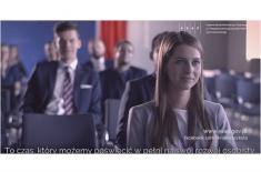 Na zdjęciu kadr z filmu. Widoczni słuchacze KSAP siedzący w sali wykładowej. Widoczne napisy: To czas, który możemy poświęcić w pełni na rozwój osobisty.