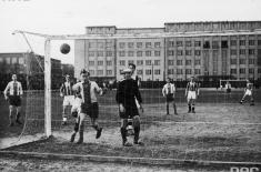 Mecz piłki nożnej Warszawianka - Gedania na stadionie przy ulicy Wawelskiej 5 w Warszawie. W tle po lewej stronie budynek KSAP.