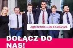 Grupa młodych uśmiechniętych ludzi trzymających sobie ręce na plecach.
