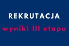 Na granatowym tle biały napis REKRUTACJA, pod nim czerwony wyniki trzeciego etapu