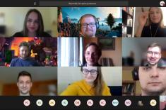 Zrzut ekranu komputera przedstawiający zdjęcia osób uczestniczących w spotkaniu online
