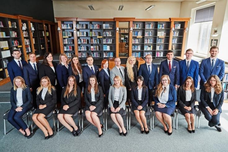 Zdjęcie grupowe słuchaczy KSAP w bibliotece