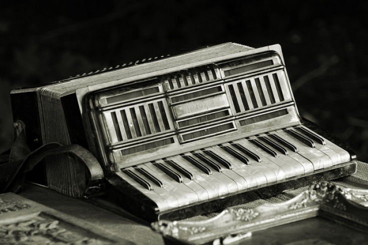 akordeon na stole, czrne tło