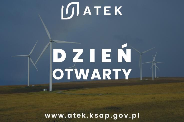 Wiatraki stojące na polu, na tle niebieskiego nieba. Na środku napisy: Dzień Otwarty, logo ATEK i adres strony internetowej
