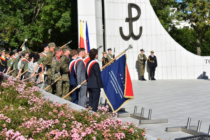poczet sztandarowy pod pomnikiem Pomnikiem Polskiego Państwa Podziemnego i Armii Krajowej w Warszawie