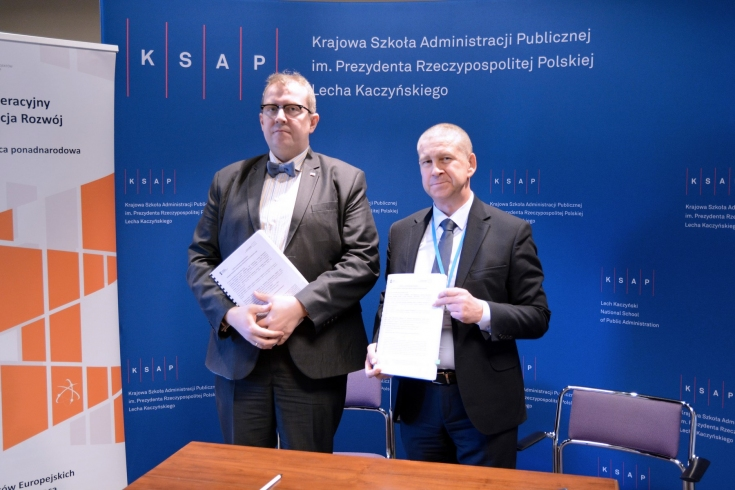 Dyrektor KSAP i Dyrektor Centrum Projektów Europejskich po podpisaniu umowy