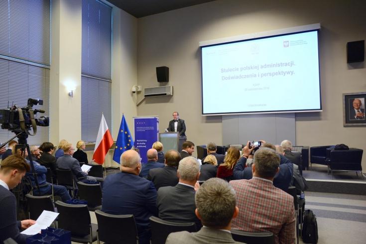 Uczestnicy konferencji w auli KSAP. Przy mównicy przemawia Dyrektor KSAP.