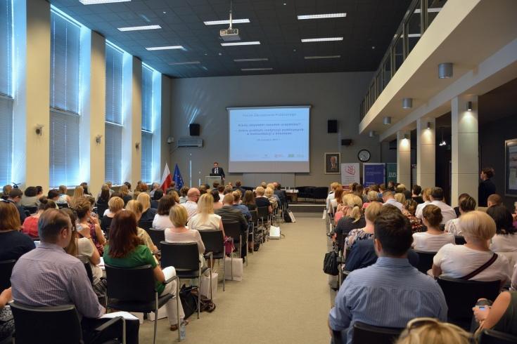 Mariusz Jedynak, Członek Zarządu ZUS przemawia przy mównicy do zgromadzonych uczestników