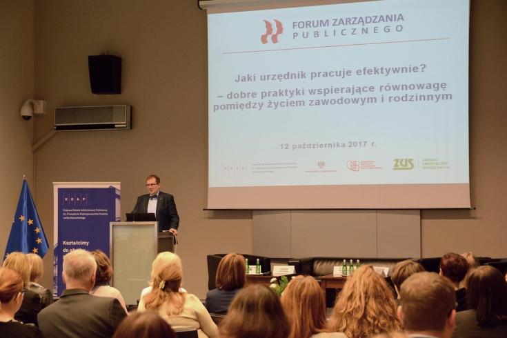 Dyrektor Wojciech Federczyk stoi przy mównicy i przemawia