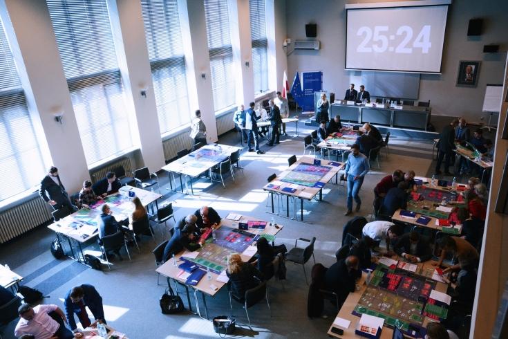 uczestnicy projektu podczas gry strategicznej