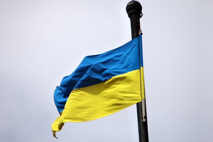 Flaga Ukrainy na tle niebieskiego nieba.