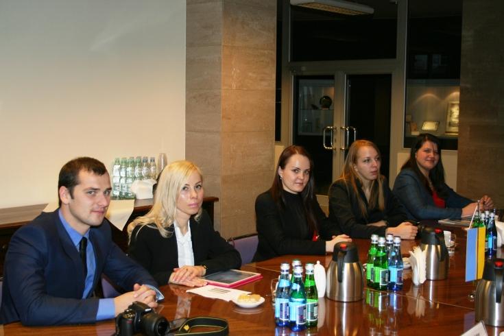 Słuchacze National Academy for Public Administration of Ukraine przy prezydencie Ukrainy siedzą przy stole.