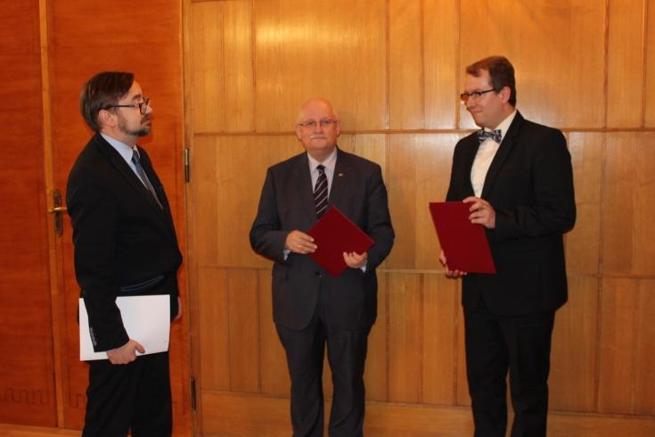 od lewej stoją Pan Paweł Szrot, zastępca szefa Kancelarii Prezesa Rady Ministrów. Jan Pastwa i Wojciech Federczyk