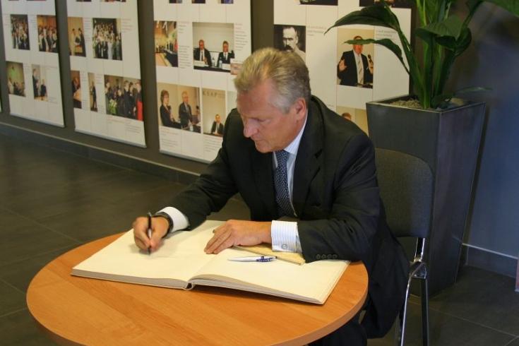 Prezydent Aleksander Kwaśniewski wpisuje sie do księgi pamiątkowej