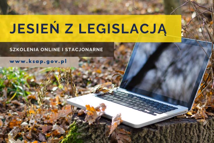 Otwarty laptop stoi na jesiennych liściach. Na tym tle napis: jesień z legislacją, szkolenia online i stacjonarne, www.ksap.gov.pl