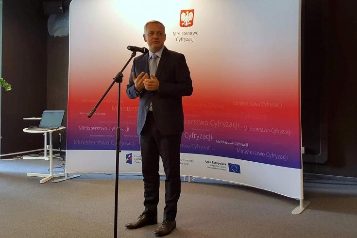 Minister Cyfryzacji przemawia na tle baneru ministerstwa