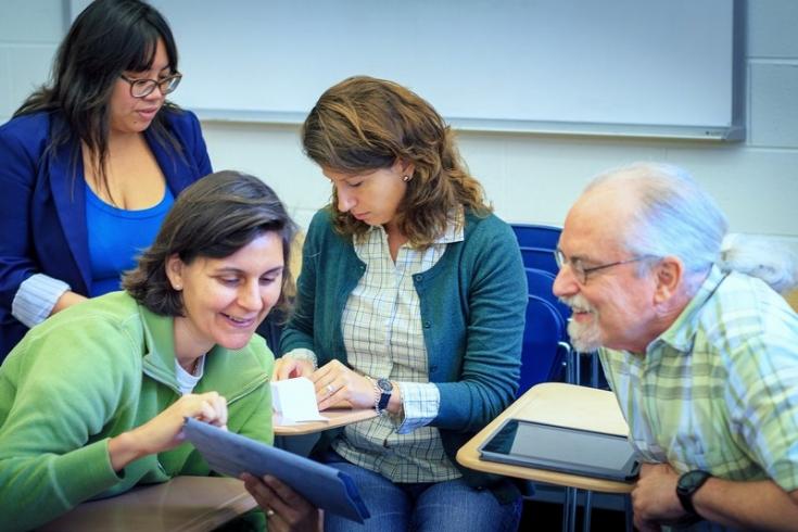 Trzy kobiety i jeden mężczyzna, osoby w rożnym wieku, rozmawiają ze sobą.