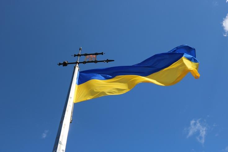 Flaga Ukrainy na maszcie powiewa na wietrze