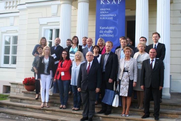 Grupa uczestników warsztatów Zarządzanie i Przywództwo przed budynkiem szkoły
