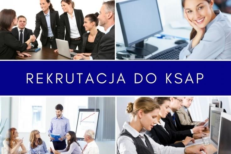 Kolaż z czterech zdjęć przedstawuiiajacych osoby w biurze, przy komputerze, podczas spotkania, podczas zajęć. Na środy pomiędzy zdjęciami napis rekrutacja do KSAP.