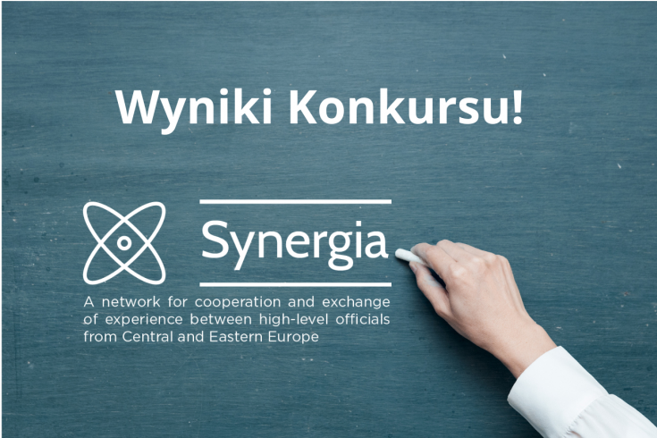 dłoń pisząca kredą na tablicy, napis - Wyniki konkursu, Synergia A network for cooperation and exchange of experience between high-level officials from Central and Eastern Europe