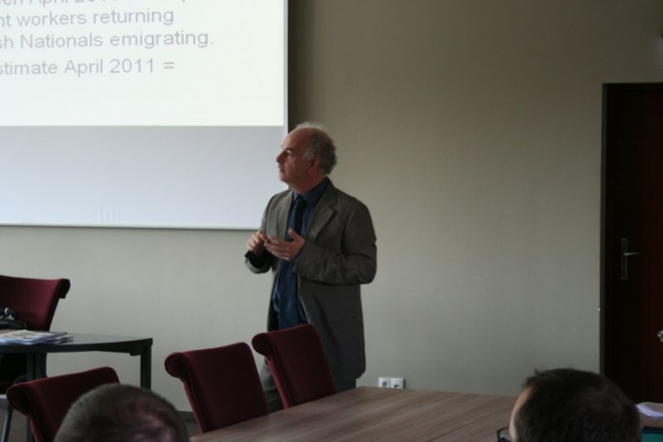 Pan James Connington stoi i prowadzi seminarium