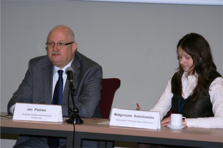 Przy stole prezydialnym siedzią: Dyrektor KSAP Jan Pastwa i Małgorzata Sokołowska KPRM