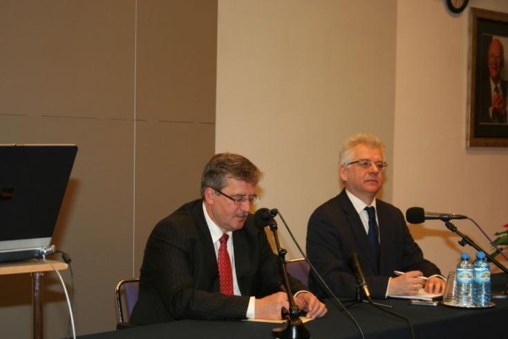 Bronisław Komorowski i Jacek Czaputowicz siedzą przy stole