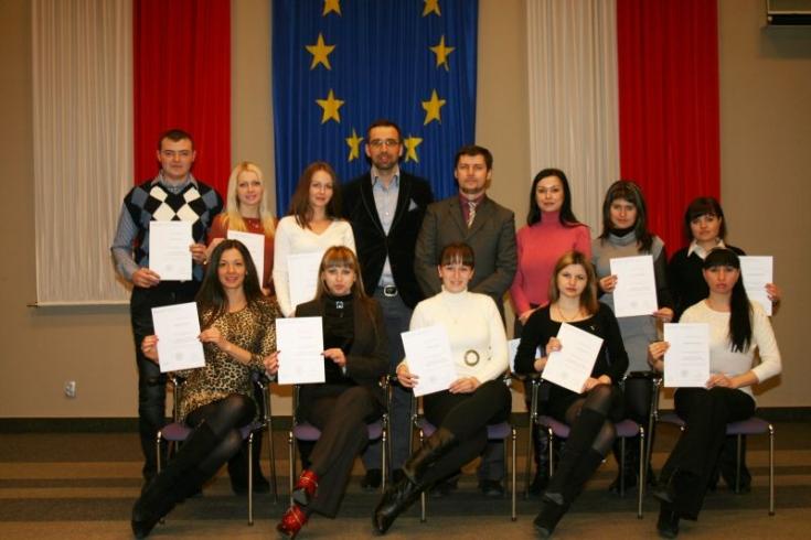 Zdjęcie grupowe, słuchacze trzymają w rękach dyplomy