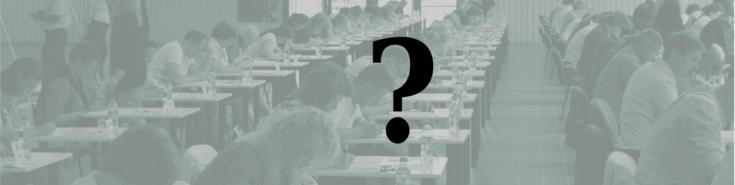 Ikona pytajnika na tle ludzi piszących egzamin. Tło w zielonkawej tonacji.