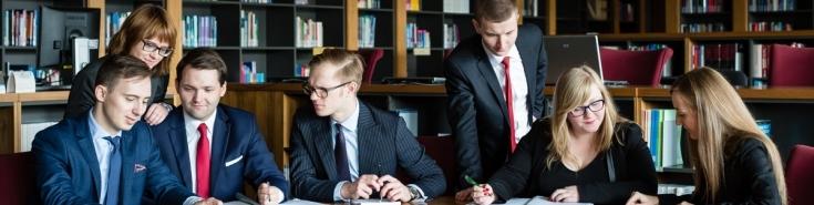 Słuchacze w bibliotece KSAP, dyskutują piszą, czytają