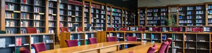 Biblioteka KSAP - duży owalny stół z kilkunastoma krzesłami