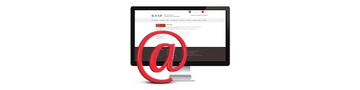 """Zdjęcie przedstawia czerwoną ikonkę """"małpka"""" w tle widać monitor"""