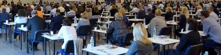 Uczestnicy postępowania w sali egzaminacyjnej