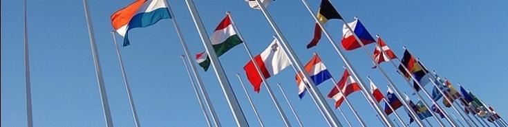 Flagi różnych krajów na masztach