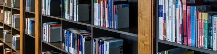 półki z książkami w bibliotece KSAP