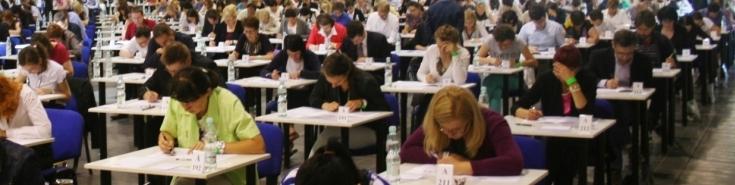 Uczestnicy egzaminu piszą test.