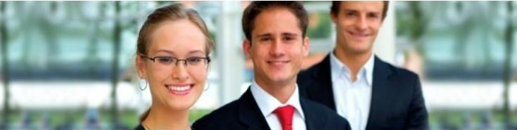 troje uśmiechniętych osób (kobieta i dwóch mężczyzn)