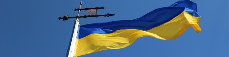 ukraińska flaga powiewa na wietrze