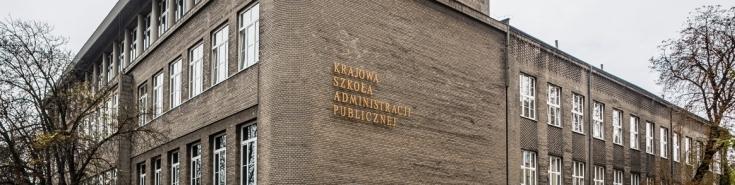 Fragment budynku KSAP ze złotym napisem Krajowa szkoła administracji publicznej
