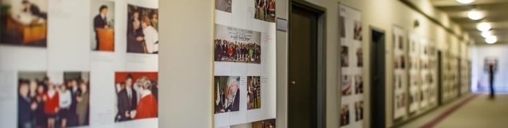 korytarz w budynku KSAP z wywieszonymi plakatami